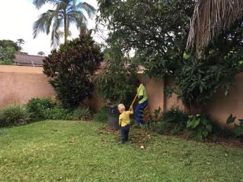 Andres heeft het ook heel druk; hij helpt Justin in de tuin