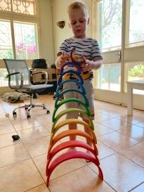 Andres leeft zich uit met het speelgoed van zijn vriendjes
