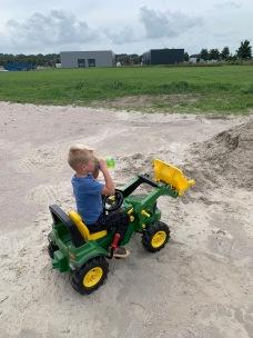 Net zoals grote neef Jelle, op kleine neef Tymen zijn tractor