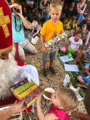 Met cadeautjes voor de brave kindjes