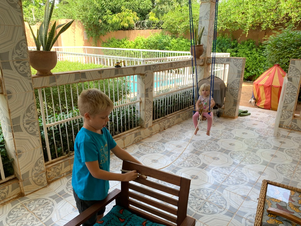 Schommelen op de veranda