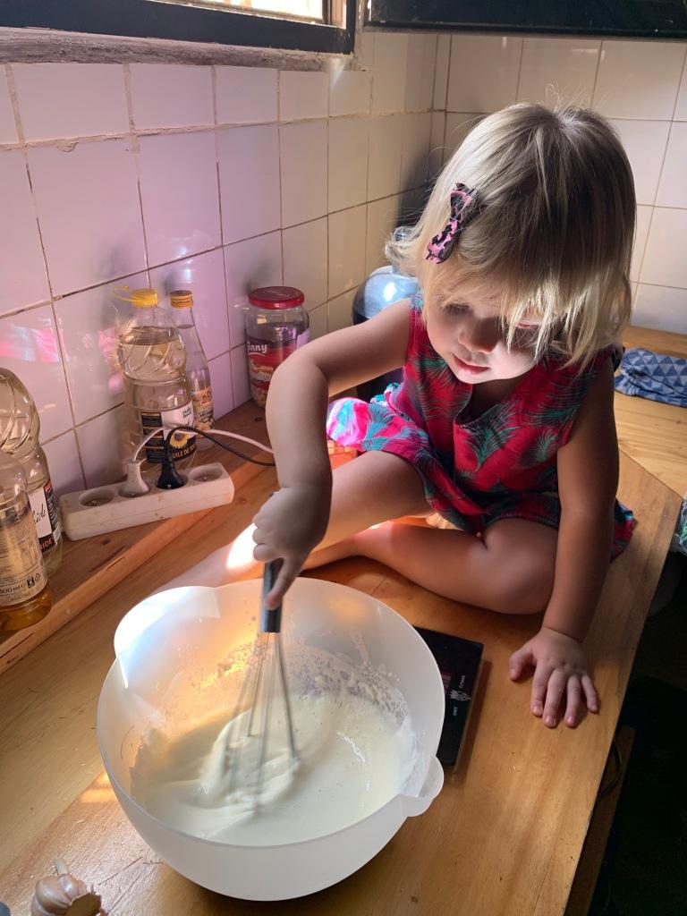 Zij hielp pannenkoeken bakken