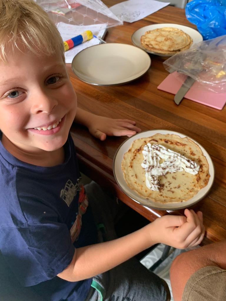 Hij hielp pannenkoeken opeten